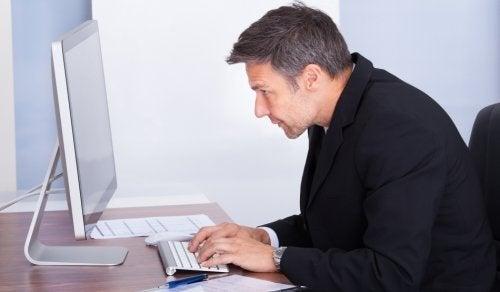Homem sentado com má postura