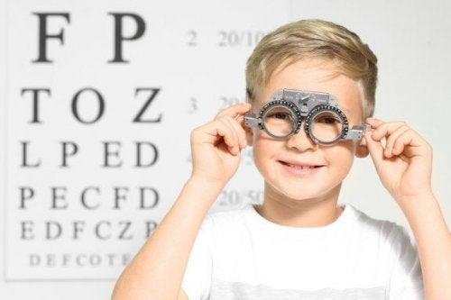 Menno fazendo teste no oftalmologista