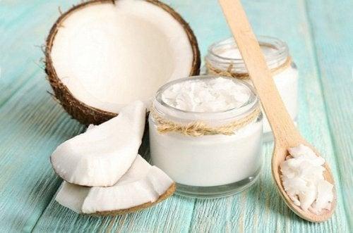 Óleo de coco para pés secos e rachados