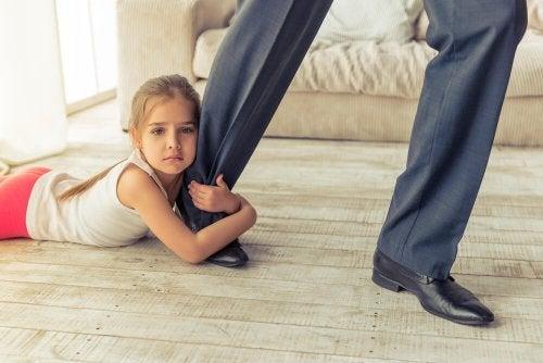 Pai indo embora e deixando à menina
