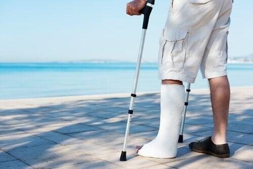 Pessoa com a perna imovilizada