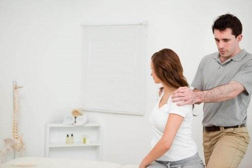 Terapeuta corrigindo a postura