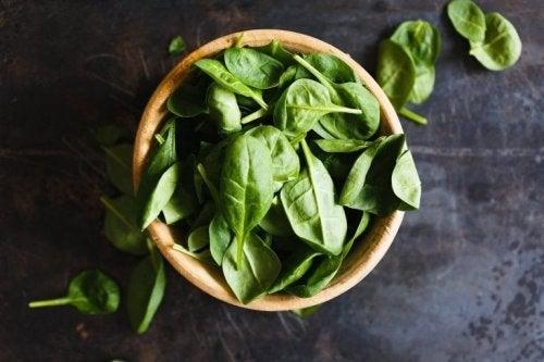 O espinafre contém vitamina C, que é indispensável para a correta absorção desse mineral.