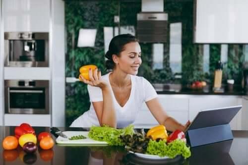 O fato de pular o jantar ajuda a perder peso?