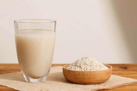 A água do arroz é um excelente remédio caseiro para a gastrite.