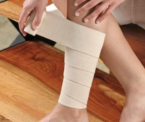 Mulher colocando bandagem