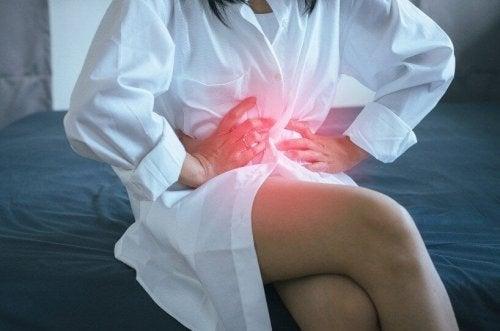 Mulher com dor por refluxo