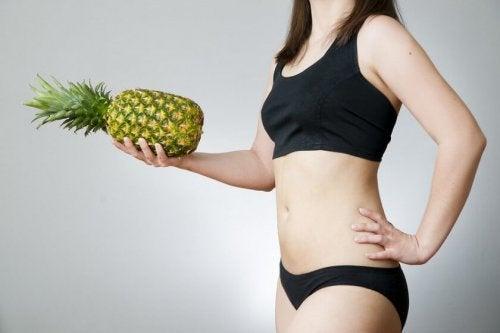 Consumir frutas para desintoxicar o corpo com dieta