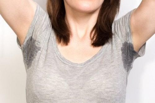 Garota com transpiração excessiva