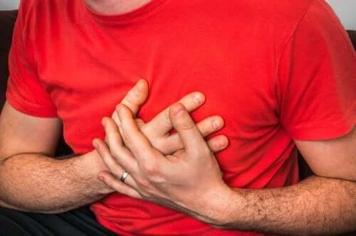 Dor no peito ao tossir: quais são suas causas?