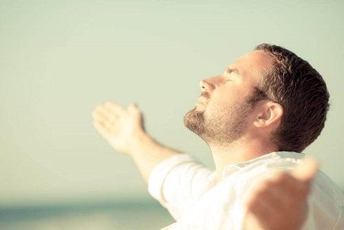 Homem praticando aceitação para uma mudança mental positiva