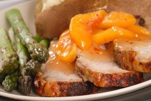 Lombo de porco ao molho de pêssego