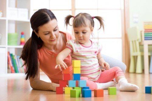 Mãe com filha brincando