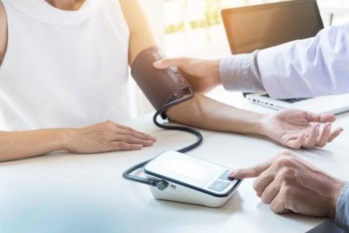 Médico controlando a pressão sanguínea
