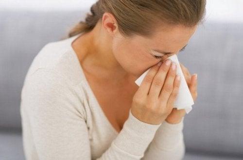 Moça com alergia