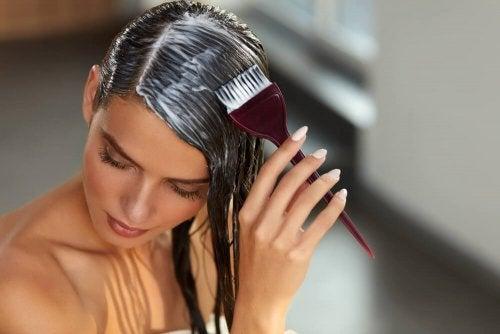 Mulher usando máscara para hidratar os cabelos
