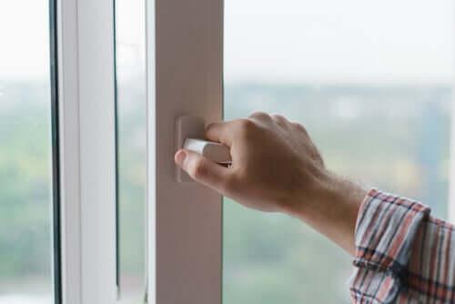 É importante manter portas e janelas sempre fechados para evitar acidentes domésticos