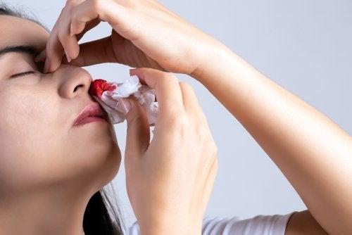 Por que o nariz sangra? 10 causas principais