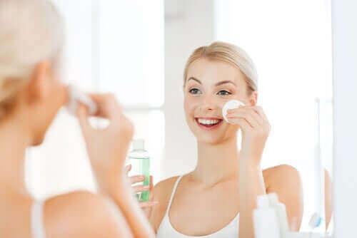 Mulher passando tônico facial