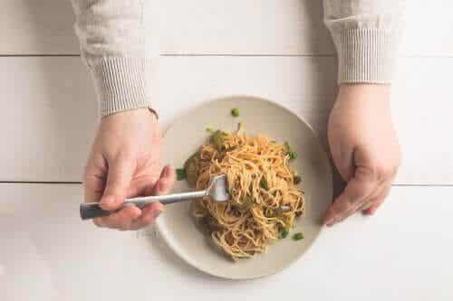 Você pode comer macarrão e arroz à noite?