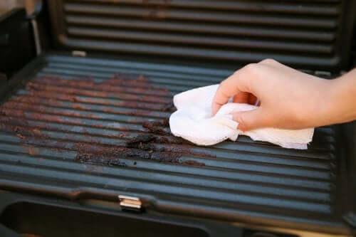 5 passos para limpar uma churrasqueira