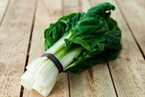 vegetais de folhas verdes podem conter mais potássio do que a banana