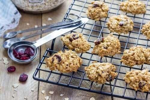 A receita tradicional de biscoito de aveia e passas é deliciosa e saudável.