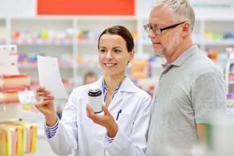 Consultando o farmacêutico sobre medicamentos