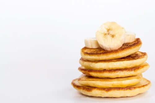 Muitas panquecas com banana