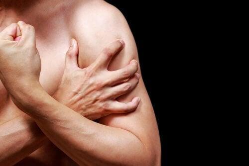 homem com dor muscular no braço