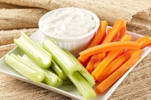 Mergulhe no queijo cottage caseiro, cenoura e salsão