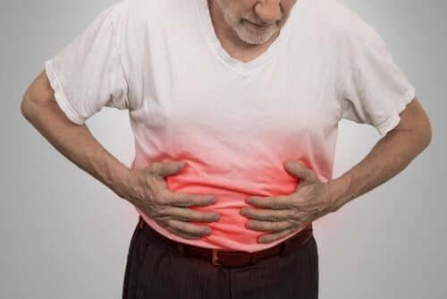 Homem com dor no abdômen