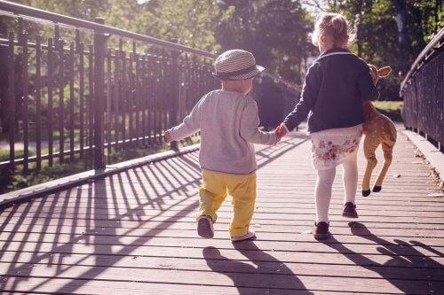 Irmãos podem ajudar os pequenos a aprender a caminhrar