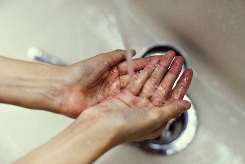 É importante lavar as mãos para evitar pegar germes