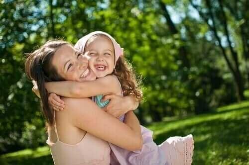Mãe abraçando criança