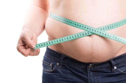 Homem obeso por conta do consumo de refrigerante