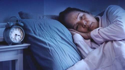 Mulher com problemas para dormir