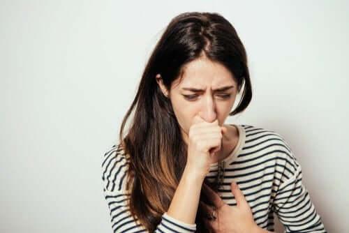 Mulher tossindo.