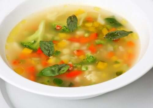 4 sopas vegetarianas para desfrutar com a família