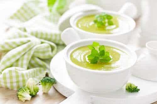 5 sopas frias de vegetais para incluir na dieta
