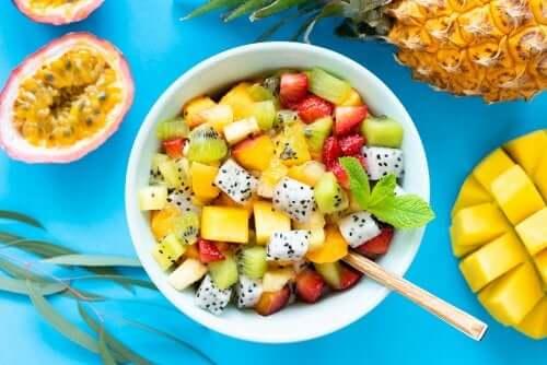 6 receitas de salada de frutas e ervas silvestres