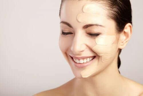 Você deve aplicar e espalhar a base corretamente para obter uma maquiagem com efeito natural