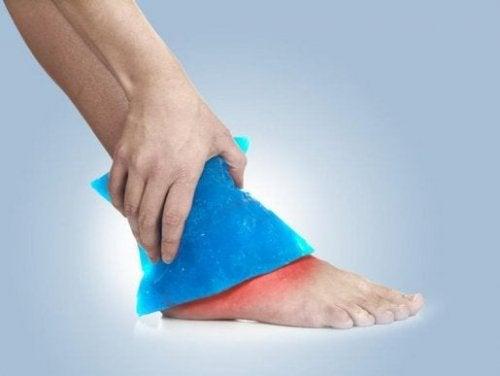Aplicar gelo para aliviar entorse de tornozelo