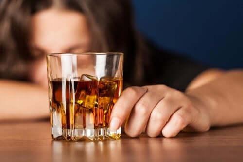Pessoa bebendo álcool