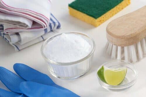 Bicarbonato de sódio e meio limão juntamente com produtos de limpeza