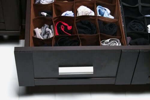 Usar uma divisória dentro das gavetas ajuda a mantê-las arrumadas.