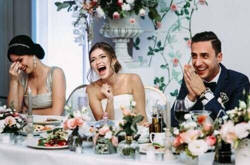 Casal rindo no banquete