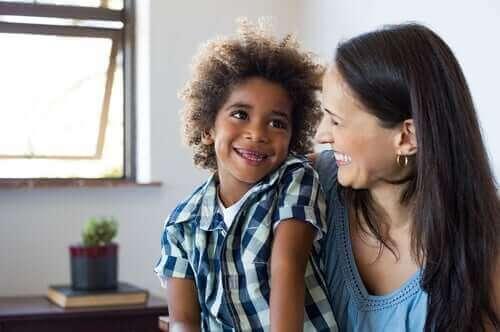 Demonstre seu amor incondicional para ajudar seu filho a lidar com a ansiedade.