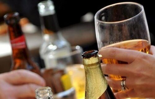 Evitar a bebida alcoolica ajuda a menter a pele saúdável