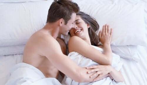 Casal na cama após a relação sexual